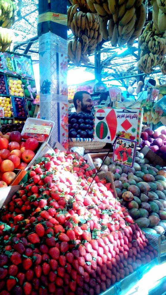 Прилавок с фруктами на рынке в Хурграде, Египет
