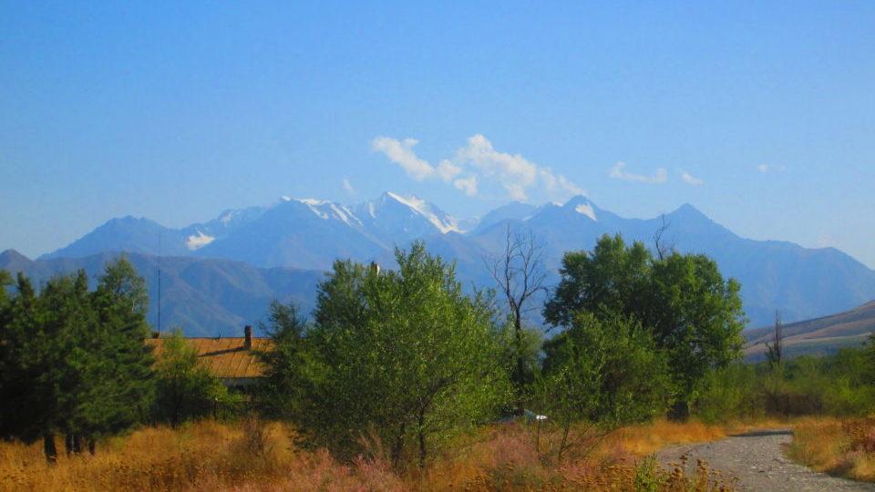 Вид на горы, южная окраина Бишкека, улица Абсамата Масалиева